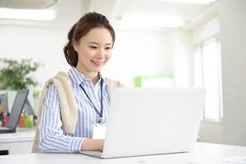 事務で働く女性